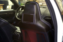 rear seat entertainment im mercedes w204 c63 mit monitoren in der sitzkonsole
