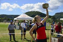 Sabrina Kirchhofer beim Steinheben. Quelle: Turnfest Remigen