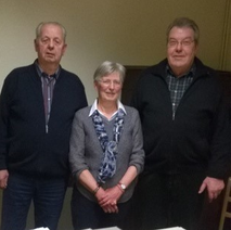 v.l.n.r. 2. Vorsitzender Horst Zwernemann, Brigitte Knoll als Wahlleiterin und der 1. Vorsitzende Hans-Werner Stührwold