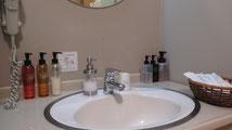 洗面には男性用、女性用基礎化粧品完備