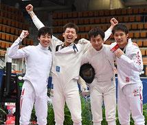 歓喜の見延和靖選手       (左から2人目)