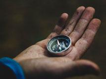 Bild zum Baustein Selbstbewusstsein im Azubi Training Fit for Job, Hand mit Kompass