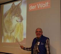 Der NABU 'Wolfsbotschafter' Peter Griemberg beim Vortrag am 5,3,2013 in der Volksbank,   s. a. nachstehenden Pressebericht > Jeversches Wochenblatt < v. 11.3.13
