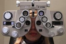 Der genaue Sehtest wird entweder mit einer Messbrille oder dem Phoropter durchgeführt. Hiermit lassen sich alle möglichen Brillenglasstärken einstellen.