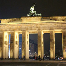Das angestrahlte Brandenburger Tor bei Nacht. Foto: Helga Karl