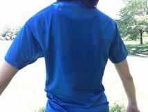 背中の大部分もメッシュ生地で汗、熱を逃がします