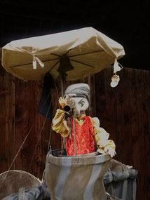 Animation de rue en deambulation: Marionnette pirate sur structure portée par un personnage au sol. Iceo a la hune et la figure de proue de l'Ecumeur partagent au gré des rencontres leurs recits d'aventuriers.