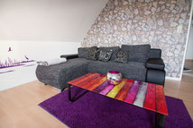 Couch mit Tisch und Wandtattoo