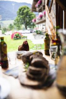 Mittagstisch und Huhn als Gast