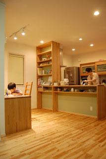 小さな家 木の家 リノベーション 小屋 素材 デザイン 暮らし 中古不動産 スケルトン 耐震 断熱 改修 補助金 キッチン カウンター