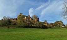Au pied de Loubressac, le château de Castelnau domine la rivière Dordogne. Autour, Autoire et Carennac, Rocamadour et Collonges-la-Rouge attendent vos visites