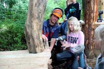 Kinder helfen beim Bau eines naturnahen Erlebnisraumes