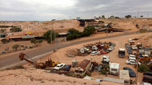 Vue sur la ville, carcasses de voitures et une ancienne mine transformée en musée