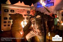Biike-Feuer und wärmende Fackeln am Abend vor dem VIP Zelt © ExperiArts Entertainment - Thomas Ix