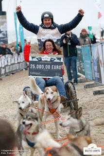 Die Cellagon-Spende (mit Geschäftsführerin Frauke Berner) wird von Till ins Ziel gefahren © ExperiArts Entertainment - Franziska Krug