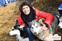 Ulrike Folkerts macht sich mit den Hunden vertraut © ExperiArts Entertainment  - Roman Babirad