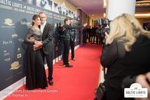 Gerit Kling mit Partner Wolfram Becker auf dem roten Teppich © ExperiArts Entertainment - Thomas Ix