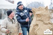 Der Sand-Husky vor dem VIP Zelt wird gebaut © ExperiArts Entertainment - Thomas Ix