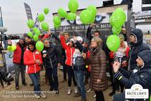 Vor der Spendenübergabe mit Welthungerhilfe-Ballons © ExperiArts Entertainment - Roman Babirad