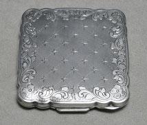 Puderdose, 935er Silber, geometrische Dekoration, 7,0 cm x 7,3 cm, € 154,00