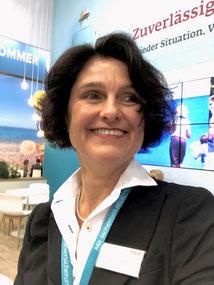 Ina Bärschneider hebt den Daumen hoch zur Seminar-Versicherung