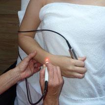 die zu behandelnden Punkte am Körper werden mittels Hautwiderstandsmessgerät gefunden