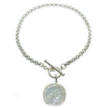 Du liebst den Münztrend und suchst eine Silberkette mit Silbermünze? Dann haben wir für Dich die Napolen Münze an einem Siclbercollier. Viel Spaß mit deiner hochwertigen massiven Münzkette und Silberschmuckmünze. Dein perlenpool
