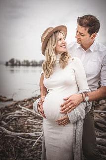 Schwangerschafts Shooting im Bohemien Style mit Ehemann der den Bauch festhält fotografiert von der Familien Fotografin Monkeyjolie