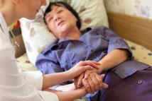 前川医院の、緊急往診のイメージです。身動きのできない女性患者を診察しています。