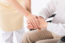 前川医院の、在宅診療の患者さんのイメージです。家族で手を取り合って、ご家庭で回復を願っています。