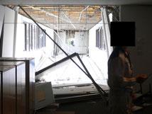 新潟県中越地震時、柏崎刈羽原発の緊急対策室のあった事務本館(原子力安全基盤機構の写真)