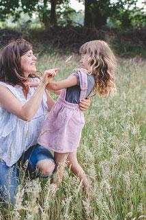 Kinder auf Pusteblumenwiese