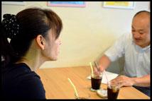 チョコシナの上野シェフと小玉経営支援員の会談