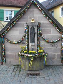 Osterbrunnen: Die Eier symbolisieren neues Leben.