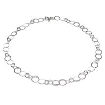 Fließend leichte Halskette Kreis. Collier aus zwei Größen von unterschiedlichen flachen Kreiselemente die ineinandergreifen, ineinander verschlungenen Kreise. Damenkette