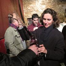 Im Keller von Tertre Rôteboeuf. Die Tochter von François Mitjaville bittet zur Probe