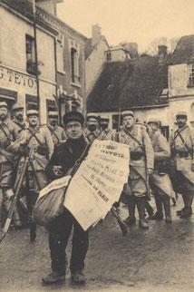 Vente de journaux à Dreux en 1915. Carte postale. Collection particulière