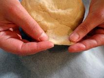 Для того чтобы проверить готово ли тесто его надо растянуть слегка пальцами чтобы через него просвечивало, но при этом оно не должно рваться
