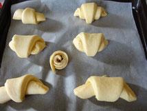 Mettere i croissant su una teglia e lasciare al caldo 35-40 minuti.
