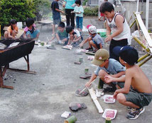 子ども教室山賊キャンプでの焼肉。鉄板はなんと熱した石!