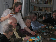 Le personnel veille au bon déroulement du repas des résidents.