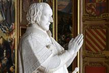Priant de Villiers de l'Isle-Adam.