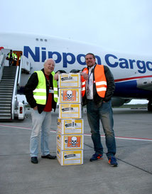 Frank Schlund of Hahn Airport (left) and VG Cargo's Douglas Borer  /  courtesy HHN