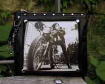 Clutch aus schwarzem Leder mit Bild einer Motorrad Fahrerin