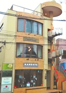 新京成線の踏切近く、螺旋階段のある建物です