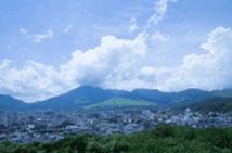 大分県別府市の海側から撮影した写真です。この山は大平山。通称扇山と呼ばれています。
