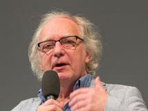 Dr. Claus Leggewie spricht in ein Mikrofon.