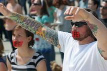 """Молодые люди молятся о прекращении абортов (США). Красная лента у рта с надписью """"жизнь"""" - это символ тихой молитвы, который используется  в акциях пролайф группы Bound4life (фото wikimedia)"""