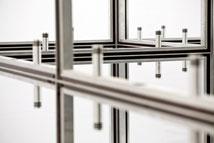 Der modulare Messestand von clever frame wird werkzeuglos montiert.