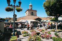 Die zentrale Markthalle mit Glockenturm in Revel